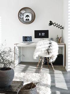 Büro mit Sonnenlicht und flauschigem Stuhlkissen.