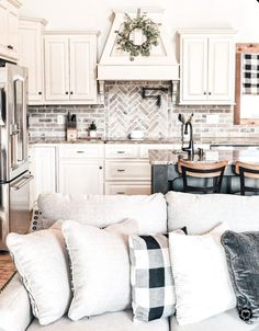 8 Ridiculously Beautiful Brick Backsplash Kitchen Ideas - DIY Darlin' Nachhaltiges Design, Design Room, Home Design, Interior Design, Interior Modern, Modern Luxury, Design Ideas, Modern Shop, Blog Design