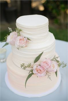 Classic White Wedding Cake Topped with pink floral on cake - Choosing a wedding cake may seem like one of those minor details to take care of during your wedding planning. wedding cake is Wedding Cake Rustic, Elegant Wedding Cakes, Wedding Cake Designs, Trendy Wedding, Perfect Wedding, Dream Wedding, Wedding Day, Chic Wedding, Wedding Blue