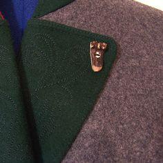 Sehr schönes edles Trachtenkostüm aus grauem Loden. Es besteht aus einem schmalen Rock mit Kellerfalte und der passenden Jacke mit grünen bestickten Besätzen am Kragen und den zwei Paspeltaschen....