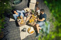 Puutarhaan voi mennä vaikka piknikille! Kuvan tuotteina Lakka Loimuhulekivet 80 ja Lakka Citymuurikivi kaari (allas). #pihakivet #terassi #patio #pihakiveys Picnic Blanket, Outdoor Blanket, Patio, Picnic Quilt, Terrace