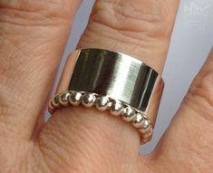 Breiter Ring/ Kugelring - Set Ein wunderschönes Set, das durch seine puristische Schönheit besticht. Bitte geben Sie bei der Bestellung Ihre Ringgröße an.  Größe/Maße/Gewicht Ringschiene/Breite:10,8mm Ringschiene/Dicke:1,5...