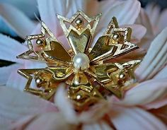 VINTAGE-Signed-BROOKS-Cultured-Pearl-Brooch-Pin-Pinwheel-Flower-Fashion-Jewelry