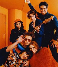 I LOVE this photo. Despite the fact how young everyone is here, each individual shot truly exudes the personality traits of each character which is one of the reasons it stood out to me. I also loved the color scheme! So well branded and so Show. 70s Aesthetic, Orange Aesthetic, Aesthetic Pictures, Aesthetic Photo, Aesthetic Vintage, Steven Hyde, Movies Showing, Movies And Tv Shows, Arte Van Gogh