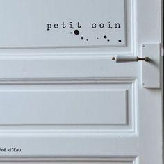 """""""Petit coin"""" inscrit sur la porte des toilettes ♡ discrétion..."""