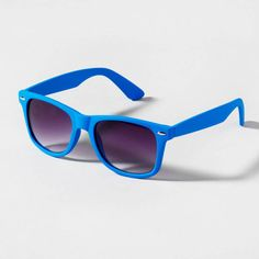 Match blue sunglasses with your American flag 4th of July #fashion