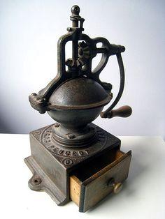 An Pepper antique grinder. Brazil Trade Business Group