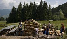 Cermislandia Il parco è situato vicino al rifugio Baita Dosso Larici, è completamente gratuito ed è facile da raggiungere con la cabinovia. C'è il laghetto con il mulino, la tenda degli indiani, l'altalena e la sabbiera. Per i bambini di tutte le età c'è anche un ricchissimo calendario di laboratori, tra cui l'orienteering nel bosco, come costruire un villaggio di montagna, far volare gli aquiloni. Cremisilandia si trova in Via Cermis, 2, Cavalese (TN).