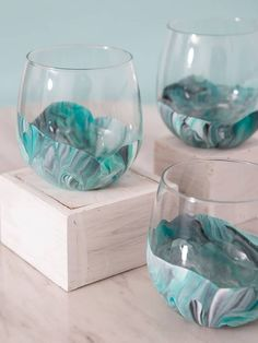 Wow, these marble wine glasses are DIY and crazy easy!You can find Painted wine glasses and more on our website.Wow, these marble wine glasses are DIY and crazy easy! Diy Wine Glasses, Hand Painted Wine Glasses, Diy Wedding Wine Glasses, Sharpie Wine Glasses, Vintage Wine Glasses, Stemless Wine Glasses, Marble Painting, Diy Painting, Faux Painting