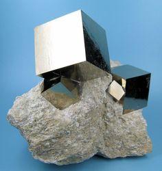 自然が形成するパーフェクトキューブ(黄鉄鉱)
