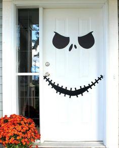 Jack Skellington Gesicht auf der weißen Haustür