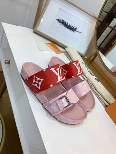One of Louis Vuitton's most instantly recognizable designs, is interpreted in patent Monogram canvas for a truly iconic look. Black calf leather trim brings a chic twist to this army-inspired style with its leather laces and rugged platform sole. Louis Vuitton Slides, Louis Vuitton Handbags, Louis Vuitton Monogram, Lv Handbags, Sneakers Fashion, Fashion Shoes, Fashion Fashion, Runway Fashion, Fashion Trends