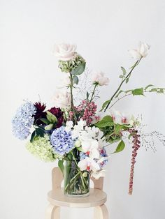 Dramatic floral bouquet - playing with proportions Flowers In Jars, Beautiful Flowers, Flower Power, Floral Bouquets, Planting Flowers, Floral Arrangements, Wedding Flowers, Inspiration, Zoom Photo