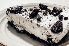 Amikor az Oreo-őrület hozzánk is begyűrűzött, csak idő kérdése volt, hogy milyen édességek fognak készülni ebből a vaníliás-tejes töltelékes csokis kekszből. Nem tévedtem, hamarosan születésnapokon, gyerekzsúrokon találkoztam az Oreo-tortával, amely mindenkinél óriási…