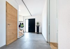 Flat Dynamic - flush interior doors by W.- Flat Dynamic – bündige Innentüren von W. The model catfish inspires with enormous variety and is made especially for you. This model is perfectly integrated into the Premiumline line. Flur Design, Kare Design, Design Hotel, Hotel Hallway, Wooden Sliding Doors, Corridor Design, Wooden Door Design, Hallway Designs, Bedroom Loft