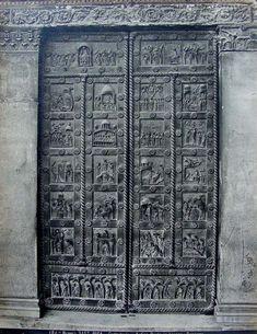 La Porta bronzea di San Ranieri, opera di Bonanno Pisano (1181) ancora nella collocazione originale nel transetto del Duomo di Pisa - in una foto d'archivio di Giacomo Broggi (1822-81)