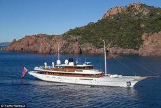 El yate Amphitrite que pertenece a J. K. Rowling fue construido en 2001 por Turquoise Yachts con una longitud de 156 pies. Su primer propietario fue el actor Johnny Depp quien en 2009 lo redecoró con un diseño inspirado en el Art Deco y un costo de cinco millones de dólares. #yate #yacht #bote #boat #lujo #luxury #RRMX #navegar #mar #sea  via ROBB REPORT MEXICO MAGAZINE OFFICIAL INSTAGRAM - Luxury  Lifestyle  Style  Travel  Tech  Gadgets  Jewelry  Cars  Aviation  Entertainment  Boating…