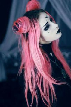 Looks like a gothic Dark Lady. Love the hair.