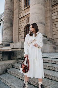Lässiges Hemdblusenkleid in Ivory: Der lockere Schnitt ist ideal für jeden Tag und die Stoffknopfleiste sorgt für einen leichten Einstieg. Zu coolen Boots wird das Outfit winter- und alltagstauglich :) #ayenlabel #ayenlook #winterlook #offwhite Winter Looks, Capsule Wardrobe, Models, Outfit Winter, Elegant, Couture, Inspiration, Cool Boats, Minimalist Wardrobe