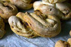 Treccine di pane al latte con pomodori secchi #ricetta di @sandramerizzi