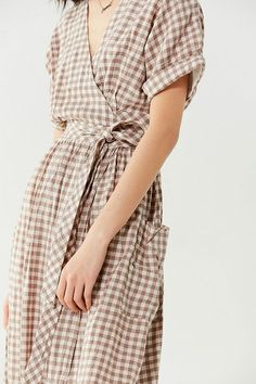 Slide View: 3: UO Gabrielle Linen Midi Wrap Dress