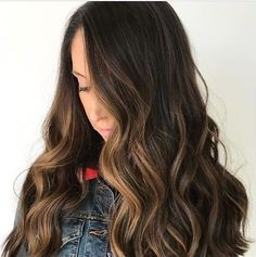 Obsessing over this gorgeous dimensional brunette!  @katkrusehair . . . #f18hair #formula18 #f18 #keephairhealthy #f18gamechanger #healthyhair #shinyhair #hairgoals #hairbrained #hairstyle #hairstylist #hairdresser #dreamyhair #allaboutdahair #hairvibes #repost #ombre #balayage #ombregoals #balayagegoals #brunettehair #brunette #dimension #dimensional
