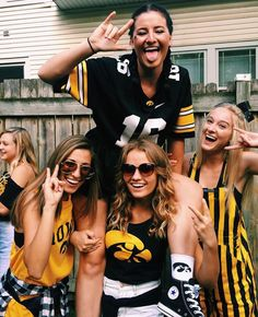 How to Stay Healthy at Football Tailgates: HC's Pick It or Skip It Guide College Goals, College Game Days, College Outfits, College Life, Go Best Friend, Best Friend Goals, Tailgate Outfit, College Football Games, Friend Poses