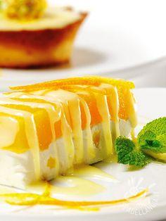 Bavarese con coulis all'arancia: un dolce fresco e fruttato, molto raffinato, che vi conquisterà per la sua cremosità e aromaticità.