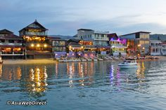 Step back in time in Bophut's Fisherman's Village and dine in Style as you gaze out on nostalgic wooden houses and quaint local shops reminding one of days gone by in Samui. You'll find Thai, French, Italian, Indian, Mexican and seafood outlets here. There are also several