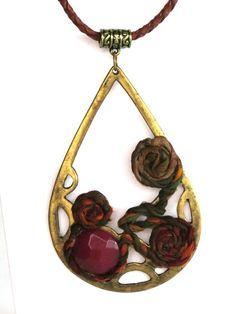 Colar lindo e diferenciado. Em metal ouro velho, customizado com pedra natural na cor vermelha e seda pura pintada a mão. Cordão em couro marrom. Peça exclusiva.