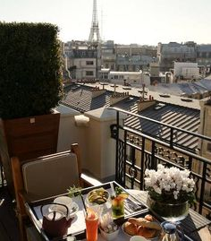 Paris 8e - Hotel Marignan - Rooms on the 5th floor have balconies, and those on the 6th and 7th have terraces with unobstructed views of the tower - 12 rue de Marignan