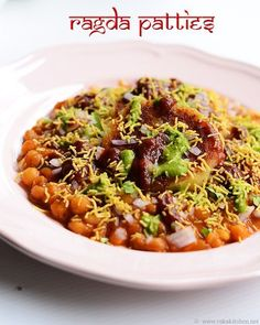 Chaat- Ragda pattice or ragda patties recipe - easy and simple recipe with minimal ingredients but truly delicious and addictive. Gujarati Recipes, Indian Food Recipes, Vegetarian Recipes, Cooking Recipes, Gujarati Food, Veggie Recipes, Cooking Tips, Ragda Patties Recipe, Tandori Chicken