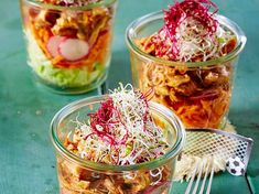Schichtsalat mit Pulled Chicken im Glas Our favorite recipe for layered salad with pulled chicken in jar and over more free recipes on LECKER. Weight Warchers, Pulled Chicken, Party Buffet, Party Snacks, Finger Foods, Free Food, Food And Drink, Appetizers, Yummy Food
