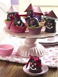 Dekorationsidee für Schokoküsse zum Karneval >> Süßes Mitgebsel für die Geburtstagsparty: verzierte Mohrenköpfe!