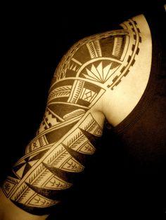 Oberarm Maori Tattoo Motive für Männer