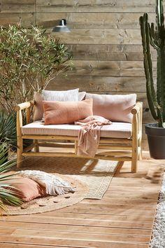 KARWEI | Als de basis staat, kun je gaan finetunen met meubelen, accessoires en planten. Lage banken, comfy stoelen, kussens op de grond en grote cactussen zijn een must. Net als kleden. Eén is mooi, twee is mooier. Combineer verschillende patronen en materialen en leg ze losjes over elkaar | 03-2019 Scandi Home, Nordic Home, Wicker Furniture, Garden Furniture, Natural Home Decor, Diy Home Decor, Inspiration Design, Rooftop Garden, Cozy House