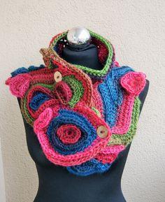 Esta hermosa y uno de tipo freeform crochet bufanda estaba hecha de lana y acrílico  Este es uno de un tipo de productos, ningún otro elemento es el mismo.    Correo electrónico si usted tiene alguna pregunta. Gracias por mirar. chal, estola, collar, cabo robaron sujetado con 2 botones  muy agradable, suave y acogedor  uvas maduras, otoño, rayas azul marino, verde, ciclamen, amaranto    Cada artículo es hecho a mano por mí mismo.    Todos los pedidos se envían por correo aéreo registrado…