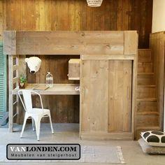 Op zoek naar een multifunctioneel kinderbed? Maak dan kennis met steigerhouten hoogslaper Harry. Een bed, bureau en kast ineen. Ideaal voor kleinere kamers.