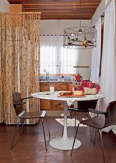 A cozinha da casa de campo do arquiteto Ricardo Caminada é bem pequena, mas cheia de peças de valor sentimental, como as xícaras de ágata e a toalha de crochê. O teto com forro de madeira deixa o ambiente ainda mais aconchegante