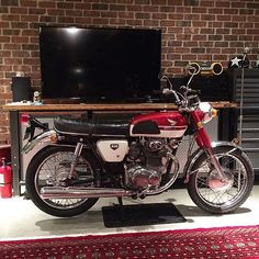 What a great place to park your bike #cb350 #honda #hondaCB #vintageMotorcycle #cafeRacer great pic @flat6sicko