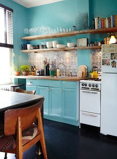15 cocinas azules que te harán soñar. · 15 kitchens with blue cabinets that will make you swoon - Kitchen.To Make 3 - Fotoshooting Home Decor Hacks, Retro Home Decor, Diy Home Decor, New Kitchen, Kitchen Dining, Kitchen Decor, Kitchen Tile, Kitchen Ideas, Design Kitchen