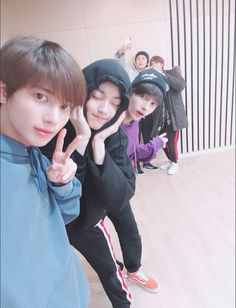 Selca with the hyungs♥️♥️Flash!ㅠㅠ Soobin hyung said he closed his eyes for the photo because his eyes have swelled. K Pop, The Dream, Twitter Update, Young Ones, Kpop Boy, Kpop Groups, Korean Boy Bands, K Idols, Namaste