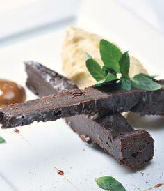 Torta húmeda de chocolate y helado de lúcuma
