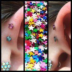 2 glade Forward Helix piercinger, lavet i frihånd med anodizeret stjerner 😍  Ses i dag hos Artistic på Vesterbro 10-14 og i morgen Tirsdag 10-18 ❤️🙏🏾🦄🌈