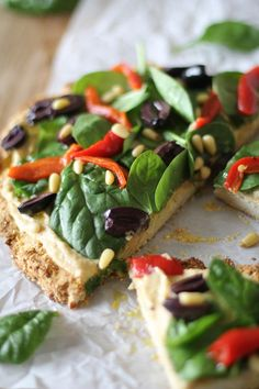 Greek Hummus Pizza with spinach, roasted red bell peppers, kalamata olives, pine nuts, and roasted garlic hummus #glutenfree #healthy #recipe