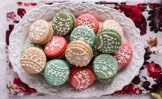 Such a cute way to spice up French Macarons for the Holidays! French Desserts, Christmas Desserts, Christmas Cookies, Thanksgiving Desserts, Christmas Recipes, Macarons, Macaroons Christmas, French Macaroons, French Christmas