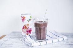 koktajl-bananowo-kakaowy-z-nasionami-chia-s Dark Chocolate Brands, Beverages, Drinks, Dessert Recipes, Desserts, Glass Of Milk, Panna Cotta, Breakfast, Ethnic Recipes