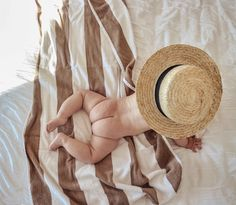 Pinterest: @briskney Newborn Photos, Baby Photos, Baby Beach Pictures, Baby Couch, Cute Babies, Baby Kids, Baby Tumblr, Foto Pose, Baby Gender