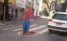Homem-Aranha protege motoristas de buraco na regiao central de SP