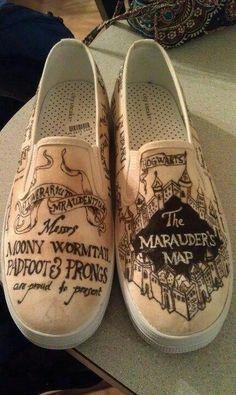 Sapato com desenhos do Marauder's Map, da saga Harry Potter.